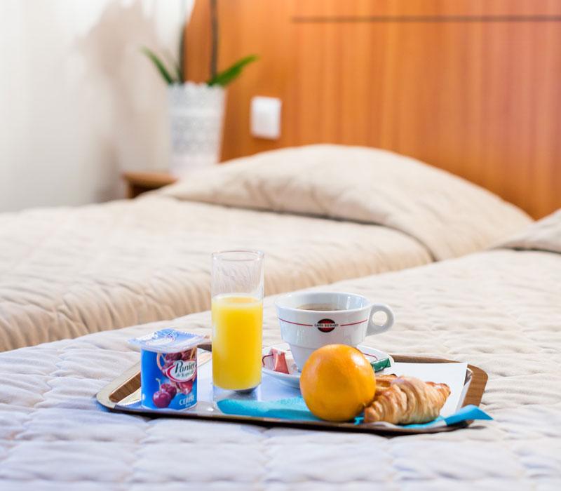 hotel-astrid-rouen-gare-centre-ville-gueret-1880-16-petit-dejeuner-en-chambre-800x700