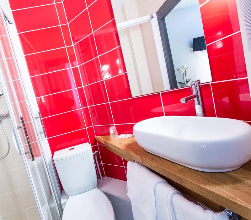 hotel-astrid-rouen-gare-centre-ville-gueret-1880-24-galerie-salle-de-bain-rouge-800x700