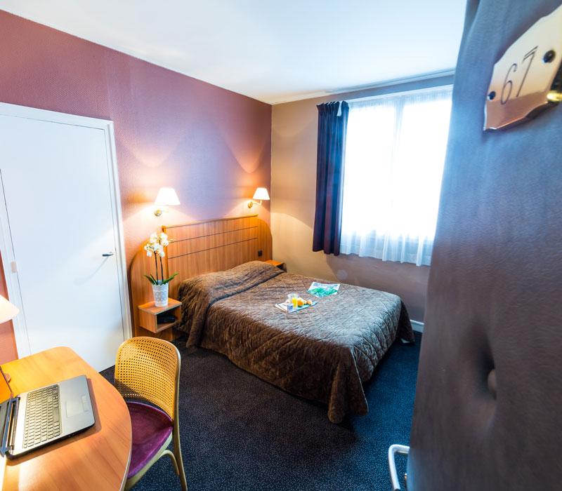 hotel-astrid-rouen-gare-centre-ville-gueret-1880-28-galerie-chambre-grand-lit-marron-800x700