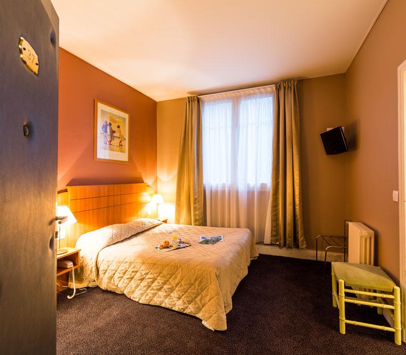 hotel-astrid-rouen-gare-centre-ville-gueret-1880-30-galerie-chambre-grand-lit-800x700