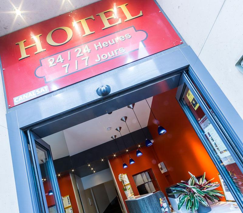 hotel-astrid-rouen-gare-centre-ville-gueret-1880-32-galerie-enseigne-reception-accueil-800x700