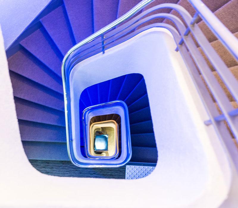 hotel-astrid-rouen-gare-centre-ville-gueret-1880-33-galerie-escalier-800x700
